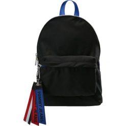 Tommy Jeans LOGO TAPE MINI BACKPACK Plecak black. Czarne plecaki damskie Tommy Jeans, z jeansu. Za 379,00 zł.