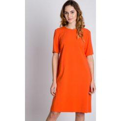 Pomarańczowa nowoczesna sukienka BIALCON. Brązowe sukienki marki BIALCON, eleganckie, z kopertowym dekoltem, midi, kopertowe. W wyprzedaży za 195,00 zł.