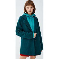 Luźny płaszcz z dzianiny. Szare płaszcze damskie marki Pull&Bear, z dzianiny. Za 89,90 zł.