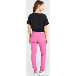 Only Petite ONLDYLAN PUSHUP Jeansy Slim Fit super pink. Czerwone rurki damskie Only Petite, petite. Za 169,00 zł.