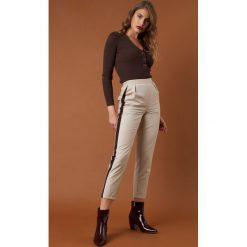 NA-KD Trend Dopasowane spodnie z lampasami - Brown,Beige. Białe spodnie z wysokim stanem marki NA-KD Trend, z nadrukiem, z jersey, z okrągłym kołnierzem. Za 161,95 zł.