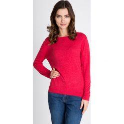 Malinowy gładki sweter QUIOSQUE. Różowe swetry klasyczne damskie QUIOSQUE, z tkaniny, z dekoltem na plecach. W wyprzedaży za 96,00 zł.