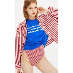 Krótka koszulka z krótkim rękawem i napisem. Niebieskie t-shirty damskie Pull&Bear, z napisami. Za 24,90 zł.