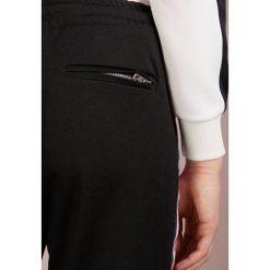 True Religion TRACK PANT Spodnie treningowe black. Czarne bryczesy damskie True Religion, xl, z bawełny. Za 799,00 zł.