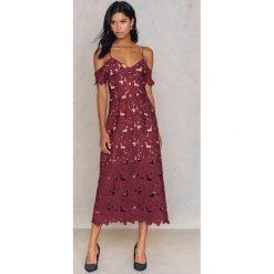 Sukienki: NA-KD Boho Koronkowa sukienka z wycięciami na ramionach – Red