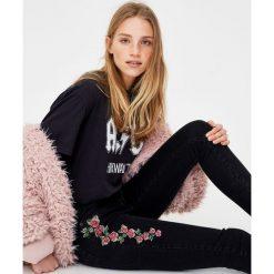 Jeansy rurki z krzyżykowym haftem. Szare jeansy damskie marki Pull & Bear, okrągłe. Za 69,90 zł.