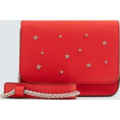 Czerwona torebka na ramię z gwiazdkami. Czerwone torebki klasyczne damskie Pull&Bear. Za 69,90 zł.