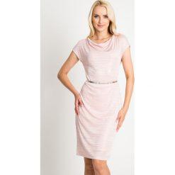 Pastelowa różowa sukienka ze srebrnym paskiem QUIOSQUE. Czerwone sukienki dzianinowe marki QUIOSQUE, sportowe, z dekoltem na plecach, z krótkim rękawem, mini, sportowe. W wyprzedaży za 79,99 zł.