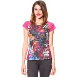 Koszulka funkcyjna w kolorze różowym ze wzorem. Czerwone bluzki sportowe damskie Desigual Sport, s, z nadrukiem, z materiału. W wyprzedaży za 130,95 zł.