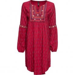 Sukienka z haftem bonprix ciemnoczerwony z nadrukiem. Czerwone sukienki z falbanami marki bonprix, z haftami. Za 109,99 zł.