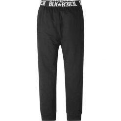 Spodnie dresowe z elastycznym paskiem bonprix czarny. Czarne dresy chłopięce bonprix, z dresówki. Za 49,99 zł.