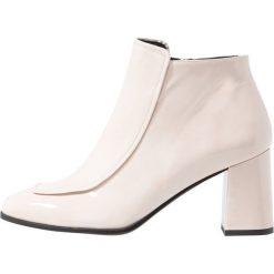 Paco Gil WINNER ALEXA Ankle boot arce. Białe botki damskie na zamek Paco Gil, z materiału. Za 1009,00 zł.