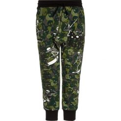 Desigual FOOTBALL Spodnie treningowe avocado. Zielone spodnie chłopięce marki Desigual, z bawełny. W wyprzedaży za 153,30 zł.