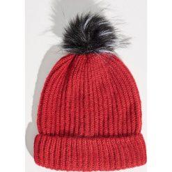 Czapka z puszystym pomponem - Bordowy. Czerwone czapki damskie Sinsay. Za 19,99 zł.