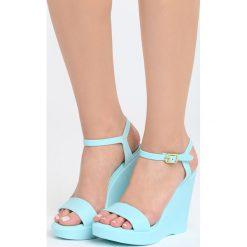Niebieskie Sandały Hyppolite. Niebieskie sandały damskie Born2be, w paski, na koturnie. Za 44,99 zł.