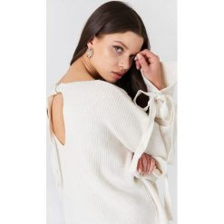 Trendyol Sweter z ozdobnym tyłem - White. Białe swetry klasyczne damskie marki Trendyol, z dzianiny. W wyprzedaży za 55,48 zł.