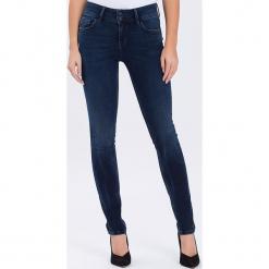"""Dżinsy """"Melinda"""" - Skinny fit - w kolorze granatowym. Niebieskie rurki damskie marki Cross Jeans, z aplikacjami. W wyprzedaży za 136,95 zł."""