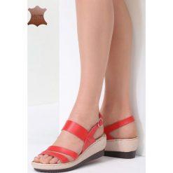 Czerwone Skórzane Sandały Show Me. Czerwone sandały damskie marki vices, z materiału, na koturnie. Za 99,99 zł.