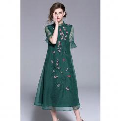 Sukienka w kolorze zielonym. Zielone sukienki z falbanami marki Zeraco, ze stójką, midi. W wyprzedaży za 379,95 zł.