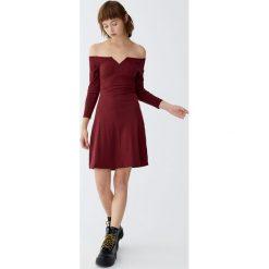 Sukienka mini z prążkowanego materiału. Szare sukienki dzianinowe Pull&Bear, mini. Za 69,90 zł.