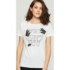 Bawełniany t-shirt z aplikacją - Biały. Białe t-shirty damskie marki Sinsay, l, z aplikacjami, z bawełny. Za 29,99 zł.