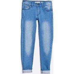 Guess Jeans - Jeansy dziecięce 118/125-158-166. Niebieskie jeansy dziewczęce Guess Jeans, z aplikacjami, z bawełny. W wyprzedaży za 119,90 zł.