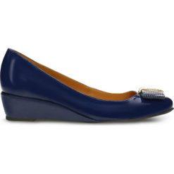 Czółenka JENA. Niebieskie buty ślubne damskie Gino Rossi, z lakierowanej skóry, na koturnie. Za 249,90 zł.