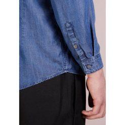 DRYKORN SOLO Koszula blue. Niebieskie koszule męskie marki DRYKORN, m, z dekoltem karo. Za 439,00 zł.