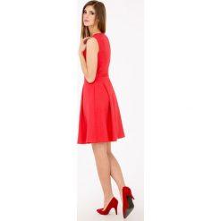 Sukienka z kontrafałdą. Szare sukienki hiszpanki Monnari, w geometryczne wzory, bez rękawów, midi, rozkloszowane. Za 119,60 zł.