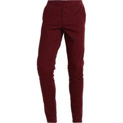 Chinosy męskie: Redefined Rebel DERBY Spodnie materiałowe cordovan
