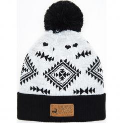 Wzorzysta czapka z pomponem - Biały. Białe czapki męskie Cropp. Za 39,99 zł.