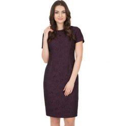 Żakardowa sukienka z krótkim rękawem i podszewką BIALCON. Fioletowe sukienki koktajlowe marki BIALCON, z żakardem, z krótkim rękawem, mini, dopasowane. W wyprzedaży za 147,00 zł.