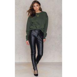 Bluzy rozpinane damskie: Vanessa Moe x NA-KD Bluza z okrągłym dekoltem crew neck - Green