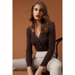 NA-KD Trend Sweter z guzikami - Brown. Białe swetry klasyczne damskie marki NA-KD Trend, z nadrukiem, z jersey, z okrągłym kołnierzem. Za 141,95 zł.