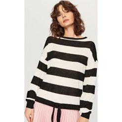 Sweter z wiązaniem na dole - Wielobarwn. Białe swetry klasyczne damskie marki Reserved, l. W wyprzedaży za 29,99 zł.