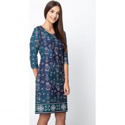 Zielona sukienka z etnicznym wzorem QUIOSQUE. Zielone długie sukienki marki QUIOSQUE, z dzianiny, klasyczne, z dekoltem na plecach, z długim rękawem, proste. Za 199,99 zł.