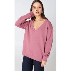 NA-KD Basic Bluza basic z dekoltem V - Pink. Różowe bluzy damskie marki NA-KD Basic, prążkowane. W wyprzedaży za 40,38 zł.