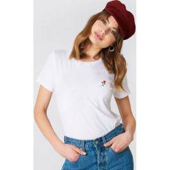 NA-KD T-shirt z haftowaną różą na piersi - White. Szare t-shirty damskie marki NA-KD, z bawełny, z podwyższonym stanem. Za 40,95 zł.