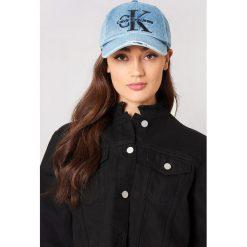 Calvin Klein Czapka Re-Issue Denim Baseball W Cap - Blue. Niebieskie czapki z daszkiem damskie Calvin Klein, z nadrukiem, z denimu. W wyprzedaży za 91,98 zł.