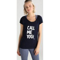 YUJ TEE CALL ME YOGI Tshirt z nadrukiem navy. Niebieskie t-shirty damskie YUJ, l, z nadrukiem, z bawełny. Za 189,00 zł.