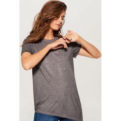 Koszulka z aplikacją - Szary. Szare t-shirty damskie Mohito, l, z aplikacjami. Za 69,99 zł.