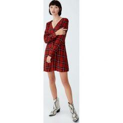 Sukienka w kratkę z długim rękawem. Czerwone sukienki hiszpanki Pull&Bear, w kratkę, z długim rękawem. Za 99,90 zł.