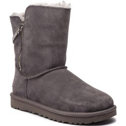 Buty UGG - W Classic Short Sparkle Zip 1094983 W/Chrc. Szare buty zimowe damskie marki Ugg, z materiału, z okrągłym noskiem. Za 919,00 zł.