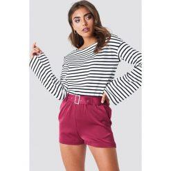NA-KD Trend Satynowe szorty z paskiem - Red. Białe szorty damskie marki NA-KD Trend, z nadrukiem, z jersey, z okrągłym kołnierzem. W wyprzedaży za 85,17 zł.