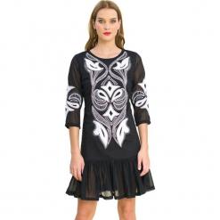 Sukienka w kolorze czarnym. Czarne sukienki marki Almatrichi, z okrągłym kołnierzem, midi, proste. W wyprzedaży za 179,95 zł.
