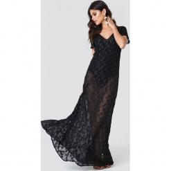 NA-KD Boho Brokatowa sukienka z dekoltem V - Black. Niebieskie długie sukienki marki NA-KD Boho, na imprezę, w koronkowe wzory, z koronki, boho, na ramiączkach. W wyprzedaży za 121,77 zł.