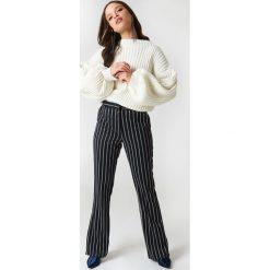 NA-KD Sweter z dzianiny z bufiastym rękawem - White. Białe swetry klasyczne damskie marki NA-KD, z dzianiny, z golfem. W wyprzedaży za 36,59 zł.