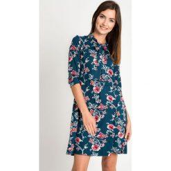 Szmaragdowa sukienka w kwiaty QUIOSQUE. Zielone kurtki dziewczęce przeciwdeszczowe QUIOSQUE, w kwiaty, z dzianiny, długie. W wyprzedaży za 139,99 zł.
