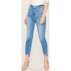 Jeansy z wysokim stanem - Niebieski. Niebieskie spodnie z wysokim stanem marki Reserved, z jeansu. W wyprzedaży za 49,99 zł.