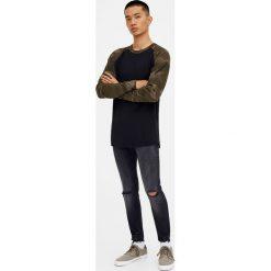 Szare jeansy skinny fit z przetarciami. Szare jeansy męskie relaxed fit marki Pull & Bear, moro. Za 49,90 zł.